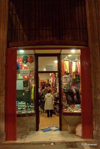 """Una tienda """"Todo a 100"""" en la calle Zapatería de Pamplona"""