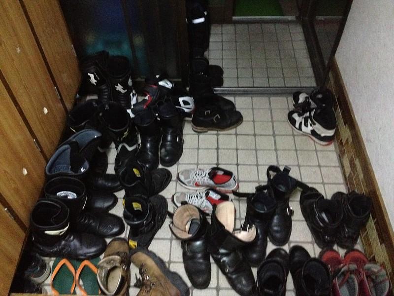 ライダーハウス Pit に帰宅すると靴がいっぱい
