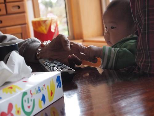 ひいじいちゃんの指を掴む息子