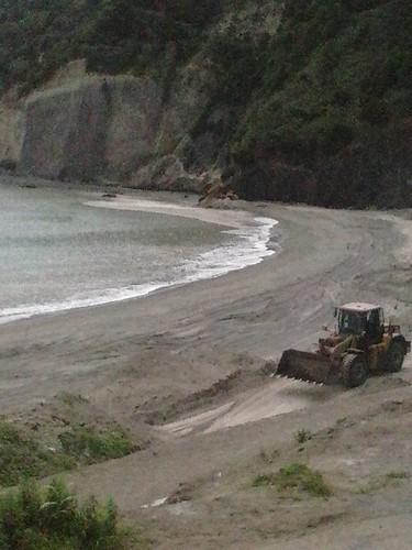 Despejo de entulho na praia da Ribeira Quente