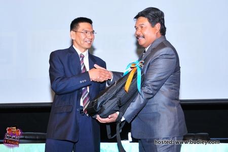 Terima...Dr. Ahmad Jailani terima sumbangan daripada pihak penaja