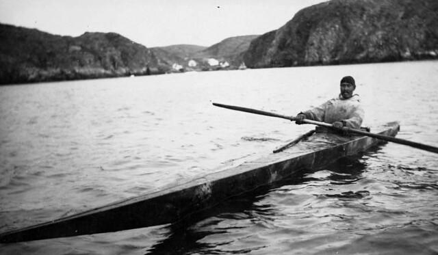 Inuit man in his kayak, Port Burwell, Northwest Territories, 1929 / Inuit à bord de son kayak, Port Burwell, Territoires du Nord-Ouest, 1929
