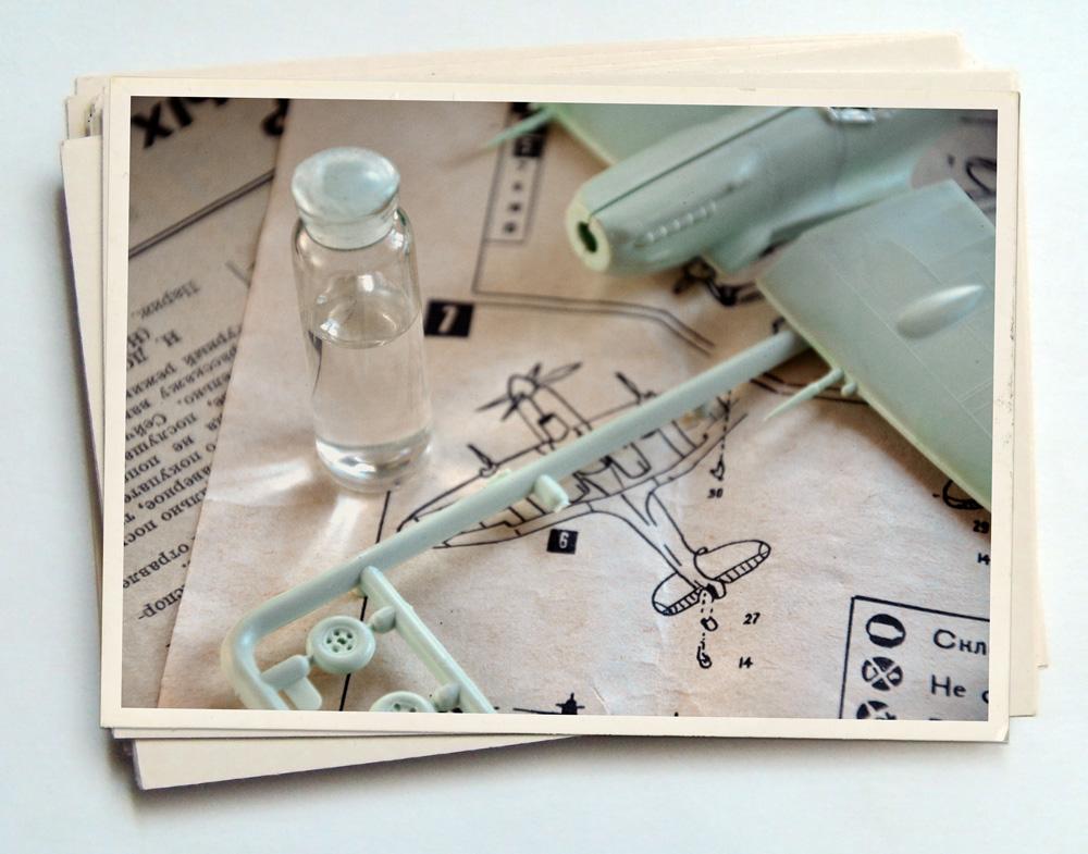 Сборная модель самолета и клей.