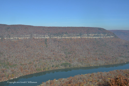 Fall colors in the Grand Canyon of the Tennessee River