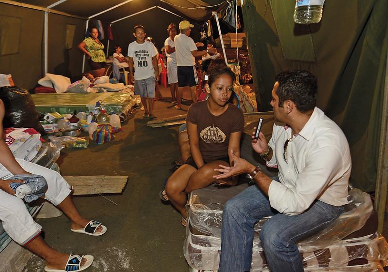 Karen Luque albergada en una carpa en la explanada del Aeropuerto Reales Tamarindos de Portoviejo
