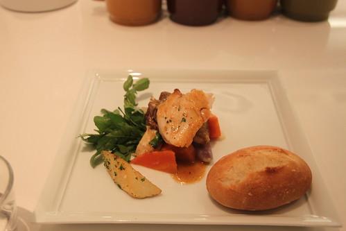 香烤雞佐雞汁蔬菜醬汁搭配香煎馬鈴薯