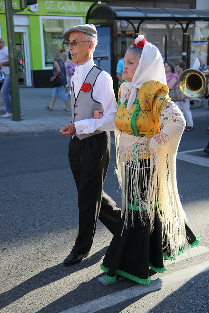 Chulapa y chulapo en procesión veraniega