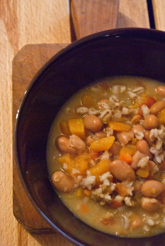 Zuppa di orzo, zucca e fagioli