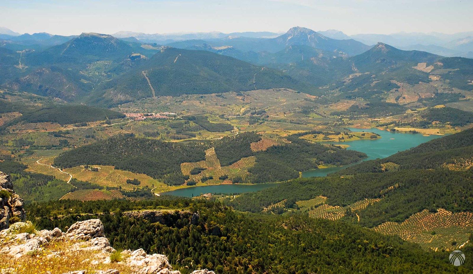 Siles pueblo y su presa. Detrás se aprecia el cerro Bucentaina y el Navalperal