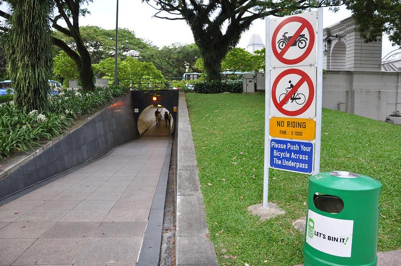 Табличка, предупреждающая о штрафе за проезд на велосипеде и мотоцикле