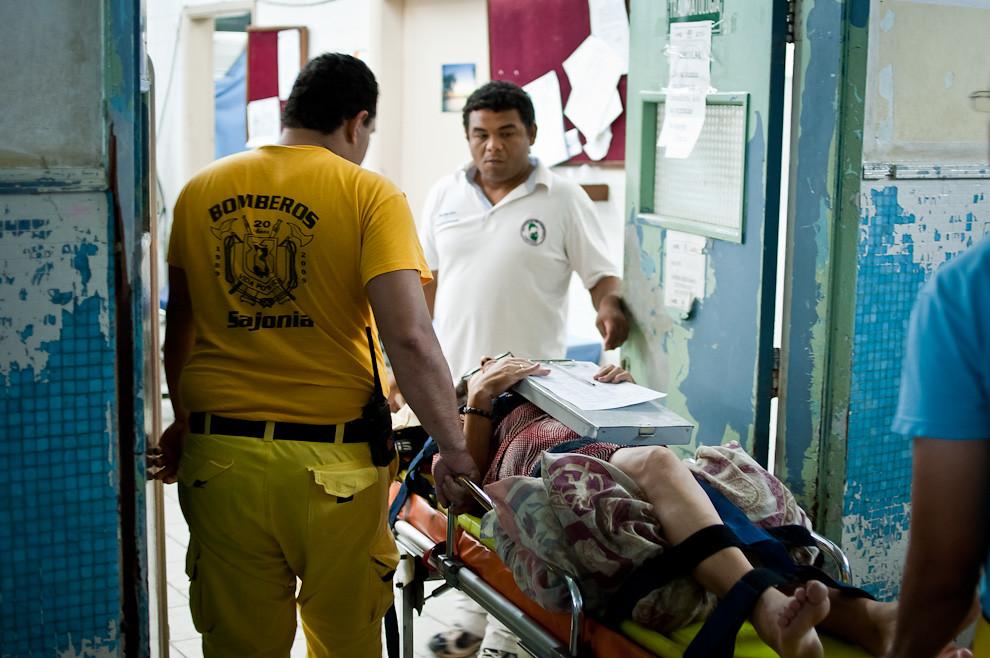 En un servicio de asistencia a enfermo, un bombero voluntario acompaña a una señora hasta la puerta de Urgencias del Hospital de I.P.S., se ocupa de entregarla personalmente a los enfermeros y vuelve al cuartel con la seguridad que la paciente ha sido dejada en manos de profesionales que la atenderán. (Elton Núñez)