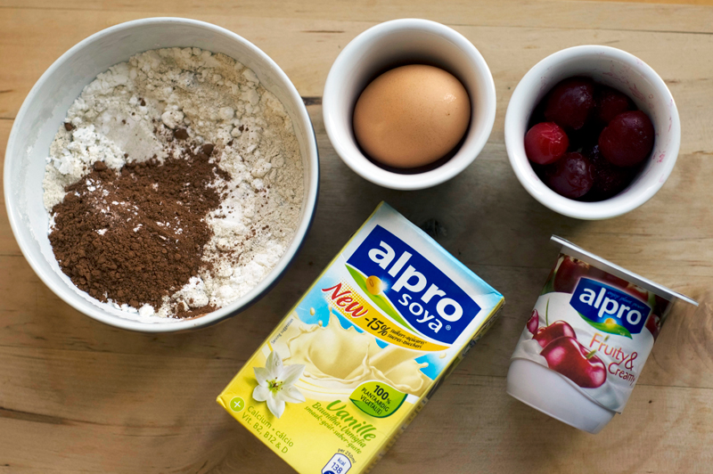 Crepes de cacao com cerejas e iogurte ✽ Cocoa Crepes with cherries and yogurt {my breakfast}