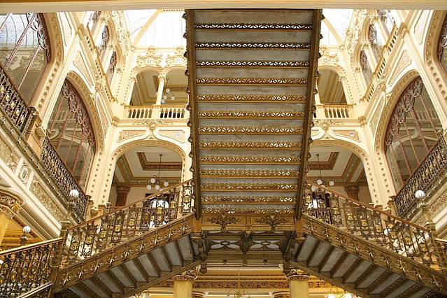 Suben y bajan escaleras del palacio postal en el centro for Escaleras que suben y bajan