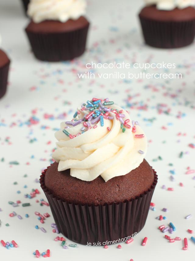 Fluffy, dark, vegan chocolate cupcakes with vanilla buttercream | Je suis alimentageuse | #vegan #chocolate #cupcakes