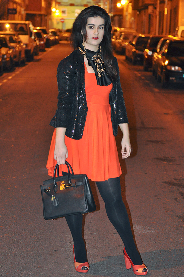 h&m chain scarf hermes inspired, somethingfashion valencia blog moda tendencias, GEOX colorblock shoes heels orange, orange zara dress, sequins jacket blazer
