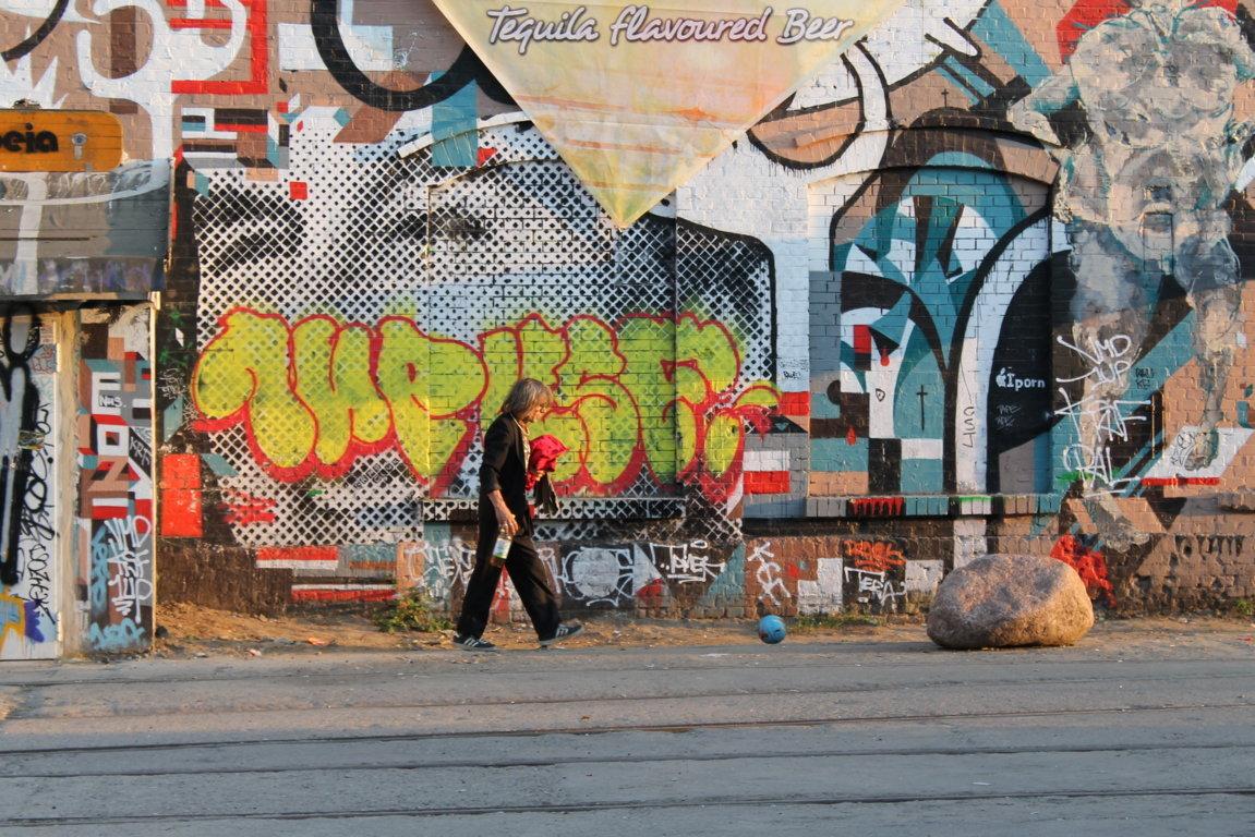 берлинец на фоне граффити