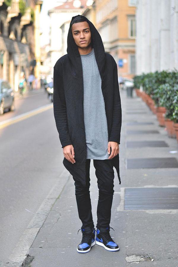 黒ロング丈パーカー×グレーTシャツ×黒パンツ×Nikeエアジョーダン1青