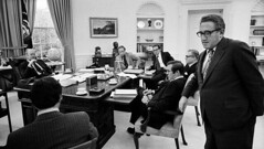 Henry Kissinger interrupts a meeting between President Ford and his advisers: Dick Cheney, Donald Rumsfeld, Nelson Rockefeller, & Alan Greenspan. 1975. [999x564] #HistoryPorn #history #retro http://ift.tt/20vGetD