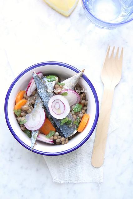 Insalata di sgombro, lenticchie, carote e cipolle