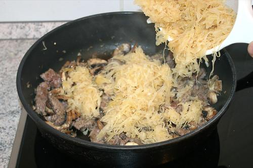 25 - Sauerkraut beigeben / Add sauerkraut