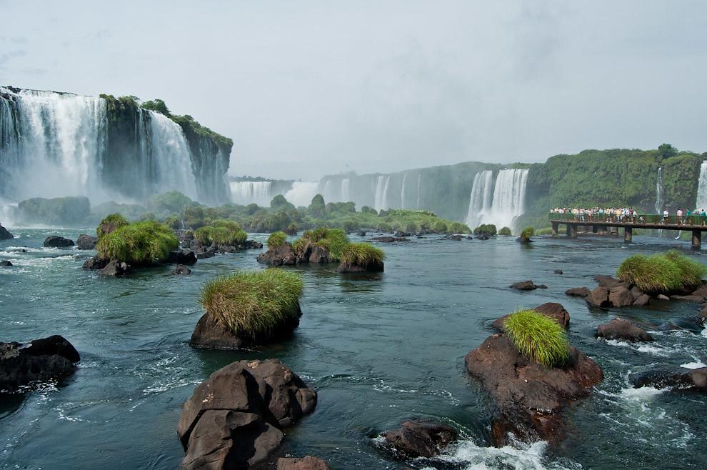Una vista de las cataratas del Iguazú desde un punto medio, espectáculo natural que fue visitado masivamente en los días feriados de la semana santa, por paraguayos y extranjeros de todos los países. (Elton Núñez)