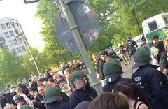 Sponti läuft durch Polizeikette
