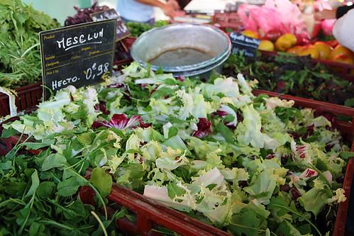 Saláty na trhu v Aix