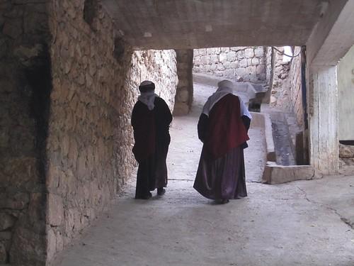 Mujeres yezidís vuelven a sus casas.