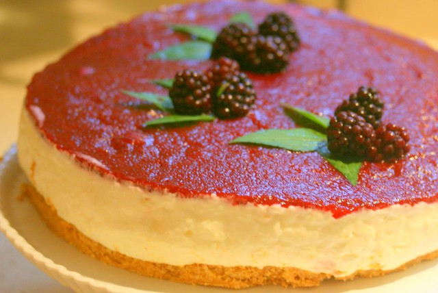 torta fredda allo yogurt (cold yogurt cake) with blackberries