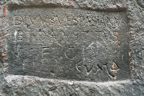 Rètol esculpit en la pedra dels autors del tunel