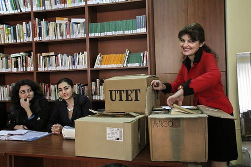 Manana Siprashvili vicedirettrice del Centro Culturale italiano a Tbilisi Georgia prende in consegna i libri donati dalla Biblioteca B.Emmert di Arco TN