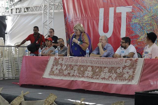 A ativista Aleida Guevara (ao centro) em mesa de abertura do Festival da Utopia, em Maricá (RJ) - Créditos: Norma Odara/Brasil de Fato