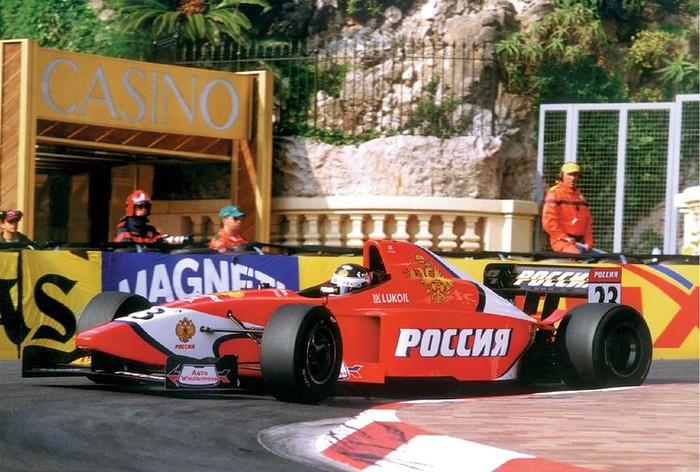 Даррен Мэннинг пилотирует Lola B99/50s команды Arden Team Russia в гонке International Formula 3000 в Монако, 2000-й год
