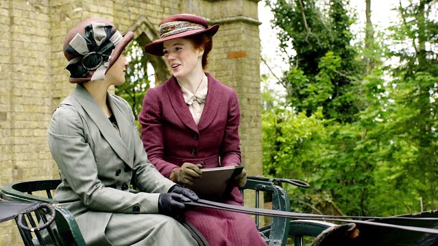 DowntonAbbeyS01E_SybilGwen_grayburgundy
