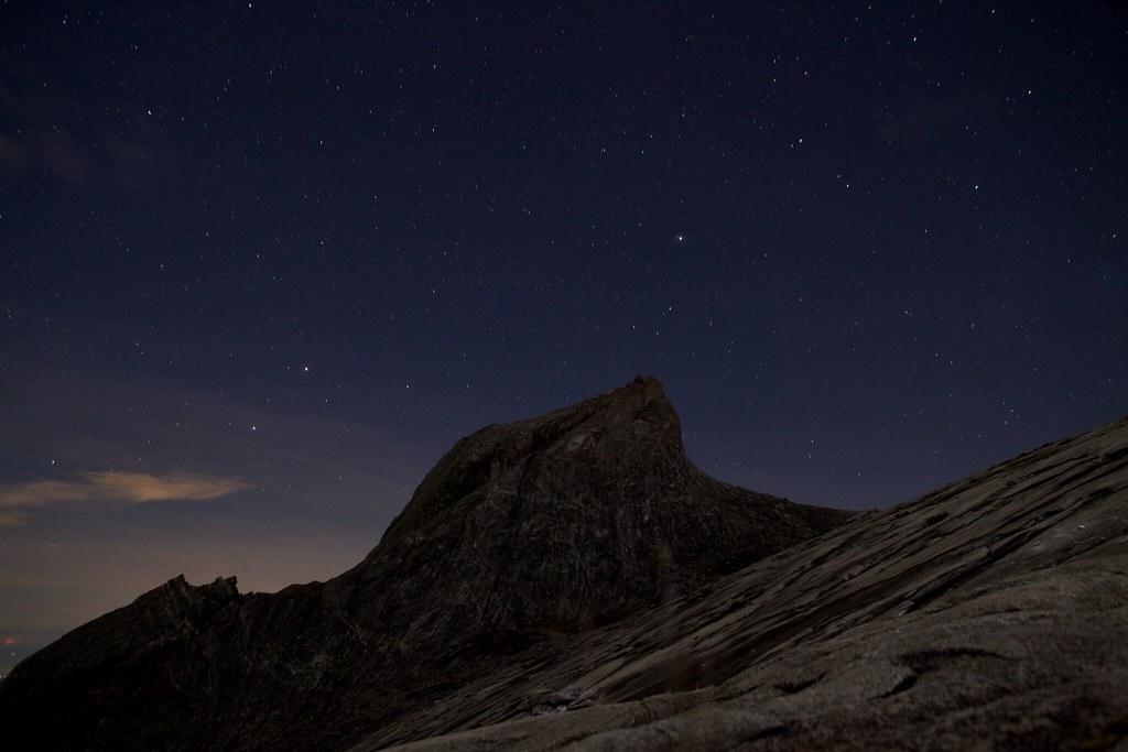 星空に照らされるキナバル山の頂上の風景
