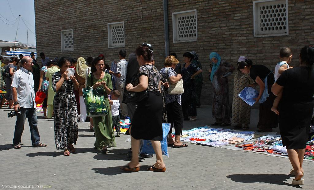 Os tecidos são vendidos no próprio chão. È verdade que as ruas do Uzbequistão são tão limpas que é possível fazer algo do género!