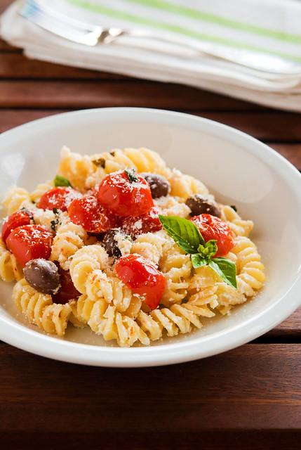 Fusilli con pomodorini confit, ricotta e olive nere