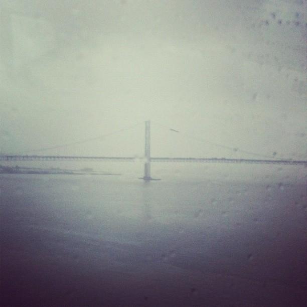Traukiniu per tiltą