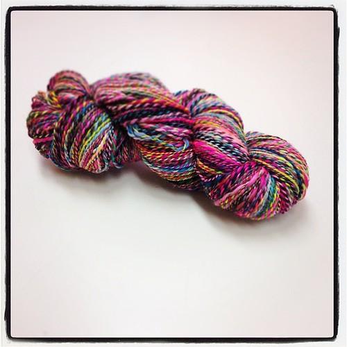 Sateenkaarioksennuskuidusta tuli kasarineonlankaa. :D #kehruumiitti #knittyandcolor #80s #colours