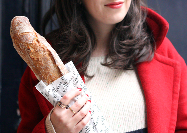 paris, baguette, tricolor, פריז, בלוג אופנה, אפונה בלוג אופנה, בגט, מעיל אדום, חולצת פסים