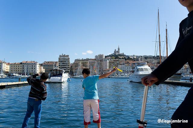 Pescando en el puerto de Marsella