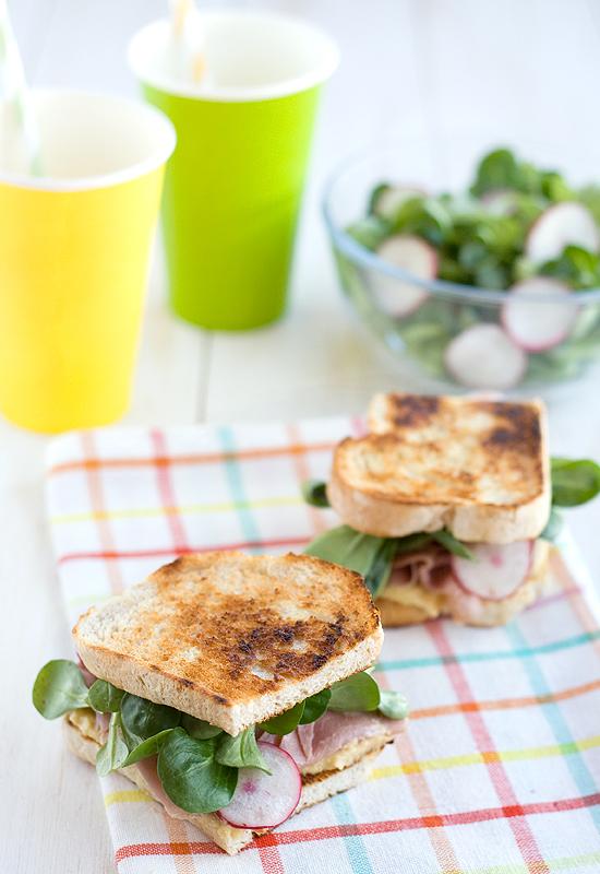 Sandwich de hummus, pavo y canónigos