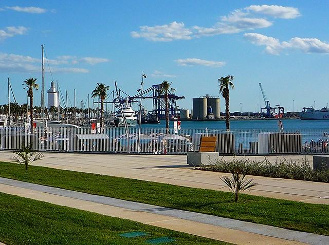 Schöne Stadtstrände am Hafen der andalusischen Kulturmetropole