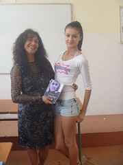 regalando a Karina mi poemario Esperanza traducido al bulgaro