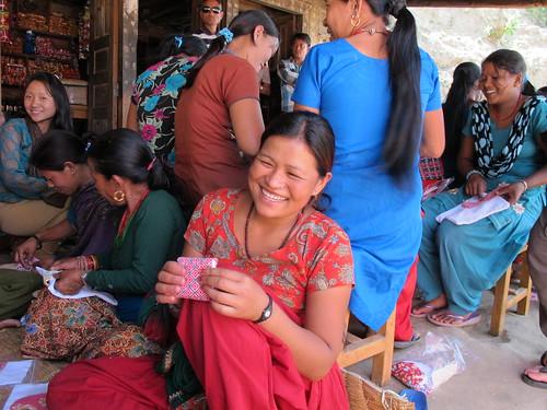 5.婦女完成布衛生棉縫製