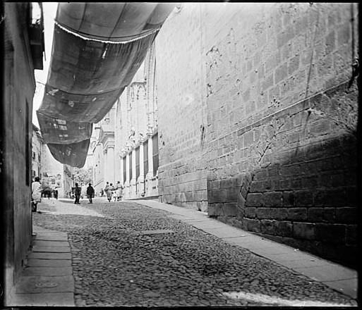 Toldos para el Corpus junto a la Puerta de los Leones de la Catedral de Toledo en junio de 1927. Fotografía de Albert Oliveras i Folch. © Arxiu Fotogràfic de Catalunya. Centre Excursionista de Catalunya
