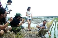 學員仔細地向農夫葉峰端詢問稻米的生產與銷售