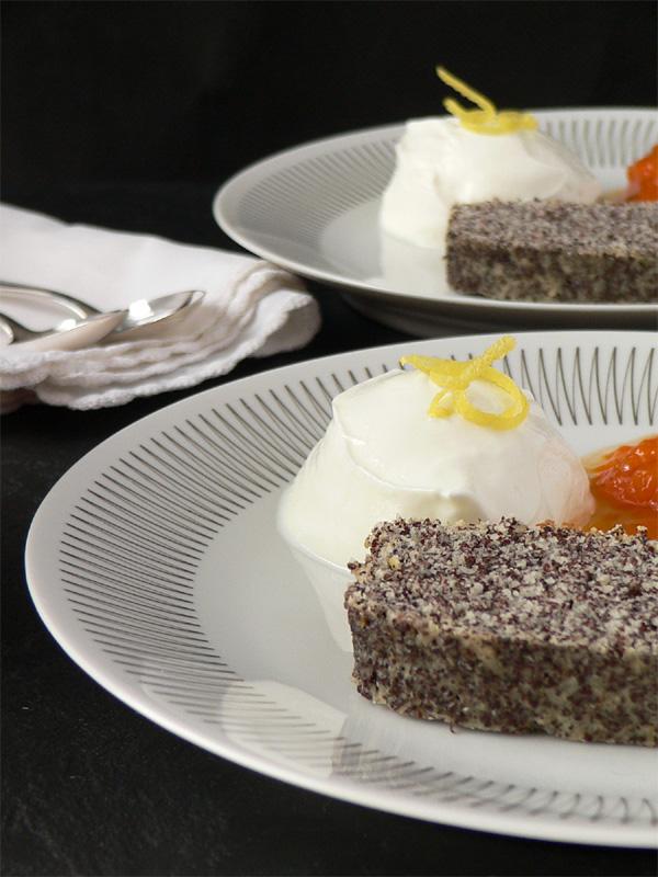 Mohnkuchen mit Sahnejoghurt & Marillenröster
