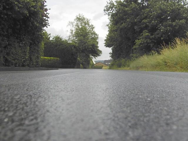 Foto einer verregneten Straße aus der Froschperspektive