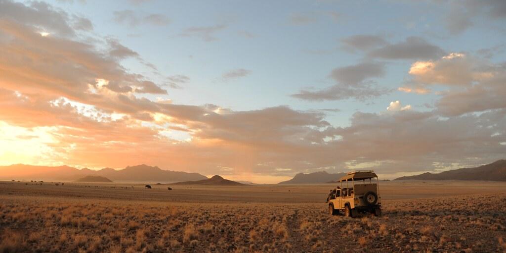夕暮れに染まるナミブ砂漠の大地